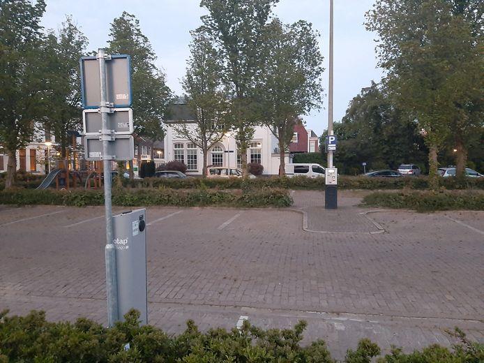 Lege parkeerplaats met 2 laadpunten voor elektrische auto's.