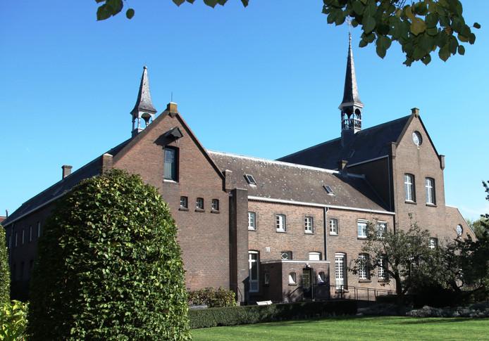 Het uitzicht vanuit de tuin op het klooster in Breda.