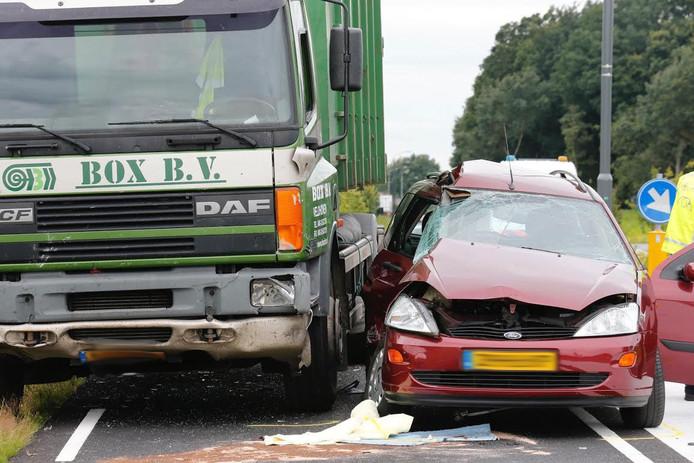 De man die in de auto zat raakte ernstig gewond