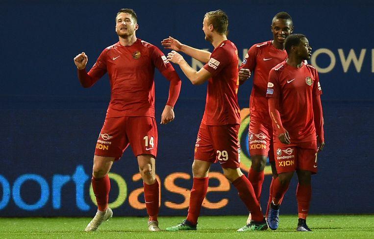 Thomas Henry (links) scoorde elf doelpunten voor Tubeke.