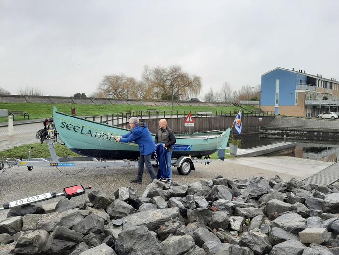 Kees Verweel (links) en stuurman Jurgen van den Broek dopen de Seelandia.