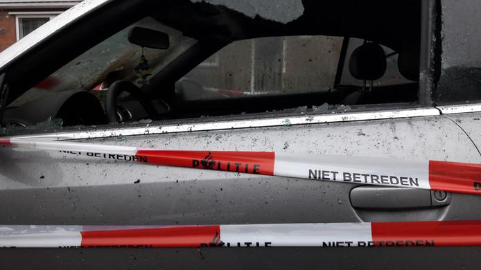 De in het Statenkwartier in Arnhem uitgebrande Audi is in verband met politie-onderzoek afgezet met linten.