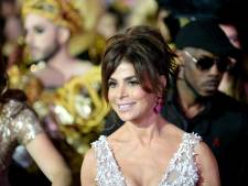Paula Abdul valt keihard van podium tijdens concert