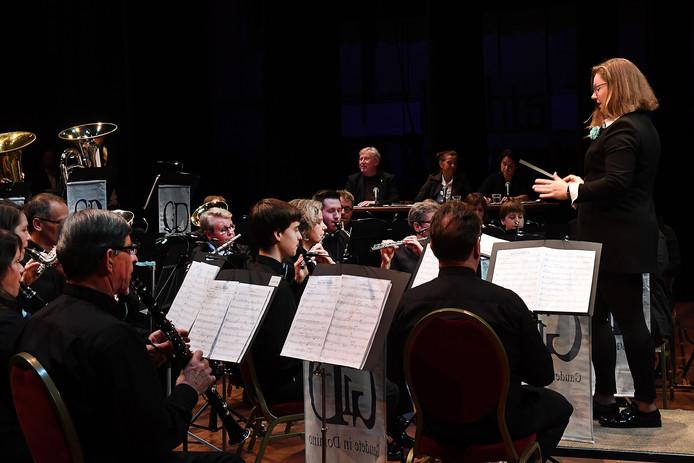 Winnaar Marleen Kuipers-Smits dirigeert het orkest.