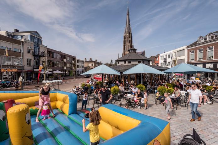 De Markt in Veghel op een mooie zonnige zomerdag.