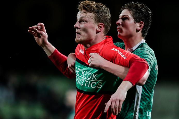 NEC-spits Ferdy Druijf in duel met Maarten Peijnenburg van FC Dordrecht.
