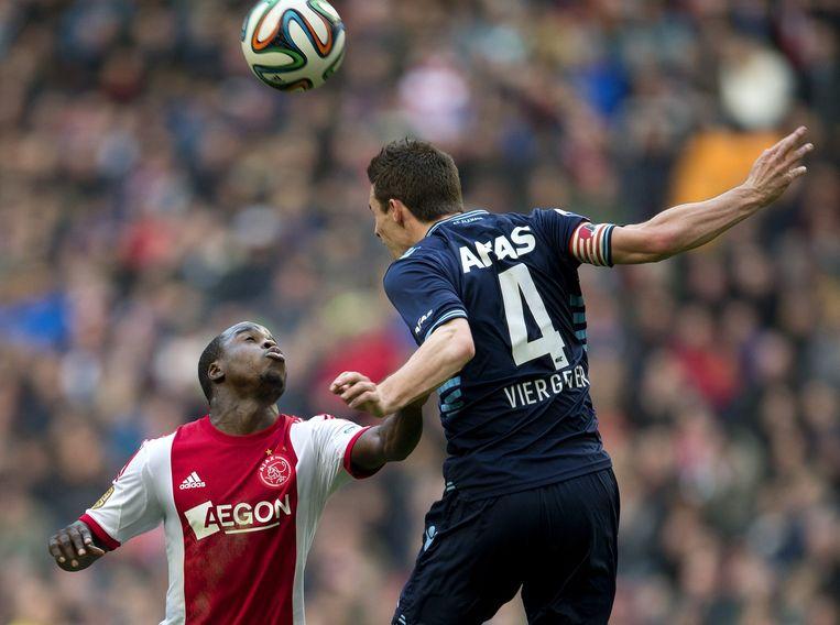 Lesley de Sa (L) van Ajax in duel met Nick Viergever van AZ. Beeld anp