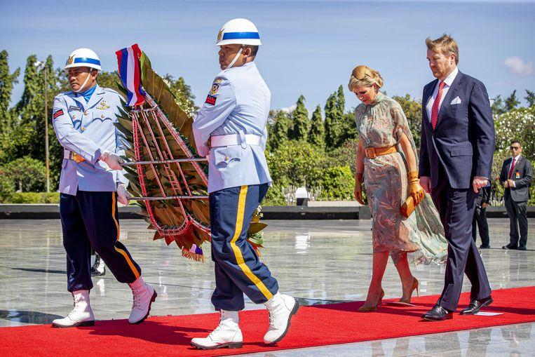 Koning Willem-Alexander en koningin Maxima leggen een krans op het Indonesisch ereveld in Jakarta.  Beeld ANP