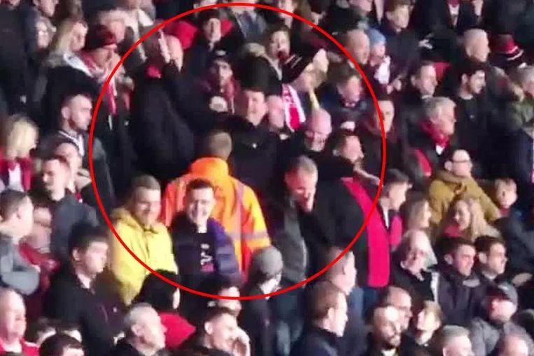 De fans maakten een vliegtuig-gebaar richting de Cardiff-fans.