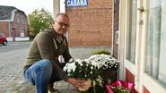 Bloemen en herdenking voor Nest