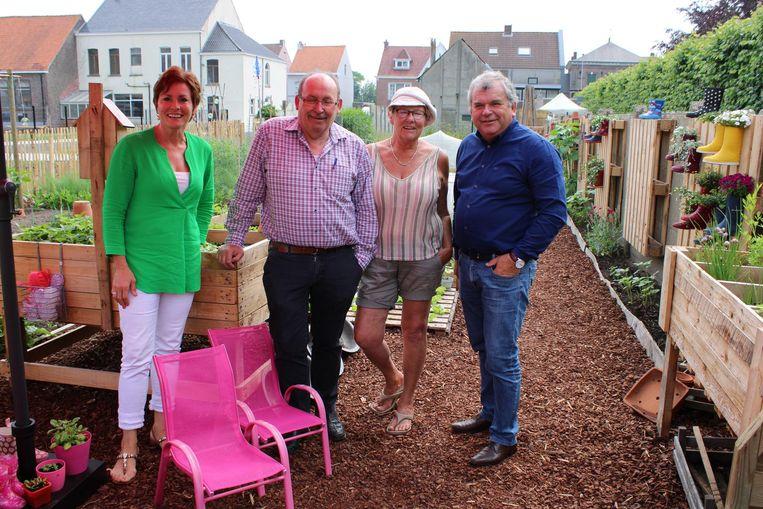Claudine Bonamie, Johan Francque, Lieve De Coninck en Franki Van de Moere in de nieuwe schoolmoestuin.