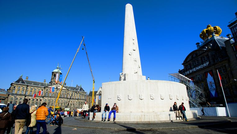 De Dam in Amsterdam wordt gereedgemaakt voor de Nationale Hedenking op 4 mei. Beeld anp