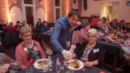 Alleenstaanden en ouderen vieren kerstavond met burgemeester (die zelf bediening voor zijn rekening neemt)