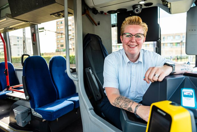 Buschauffeur Sanne in een lege bus in Alphen.