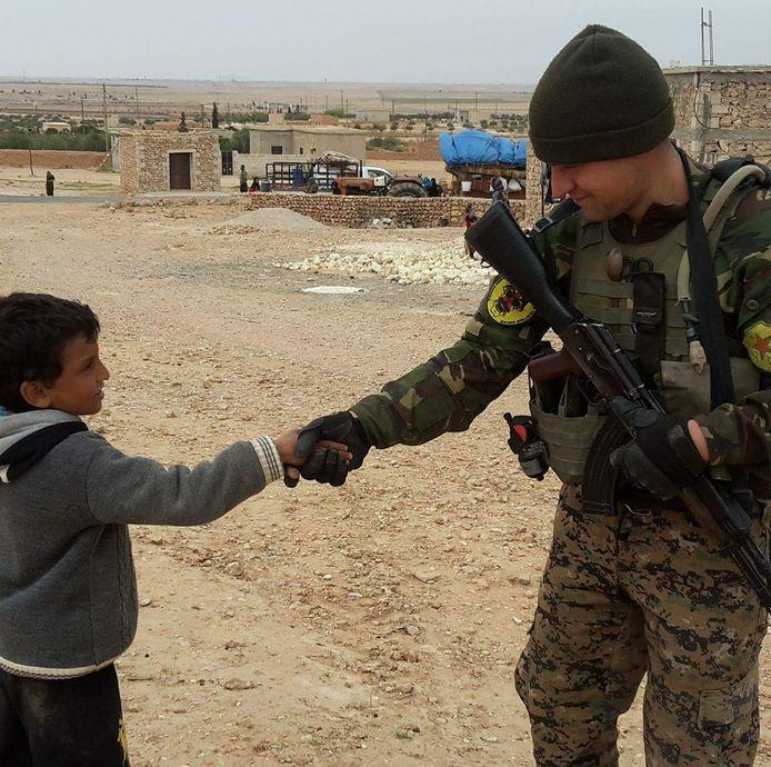 Devin bij de YPG in Syrië.