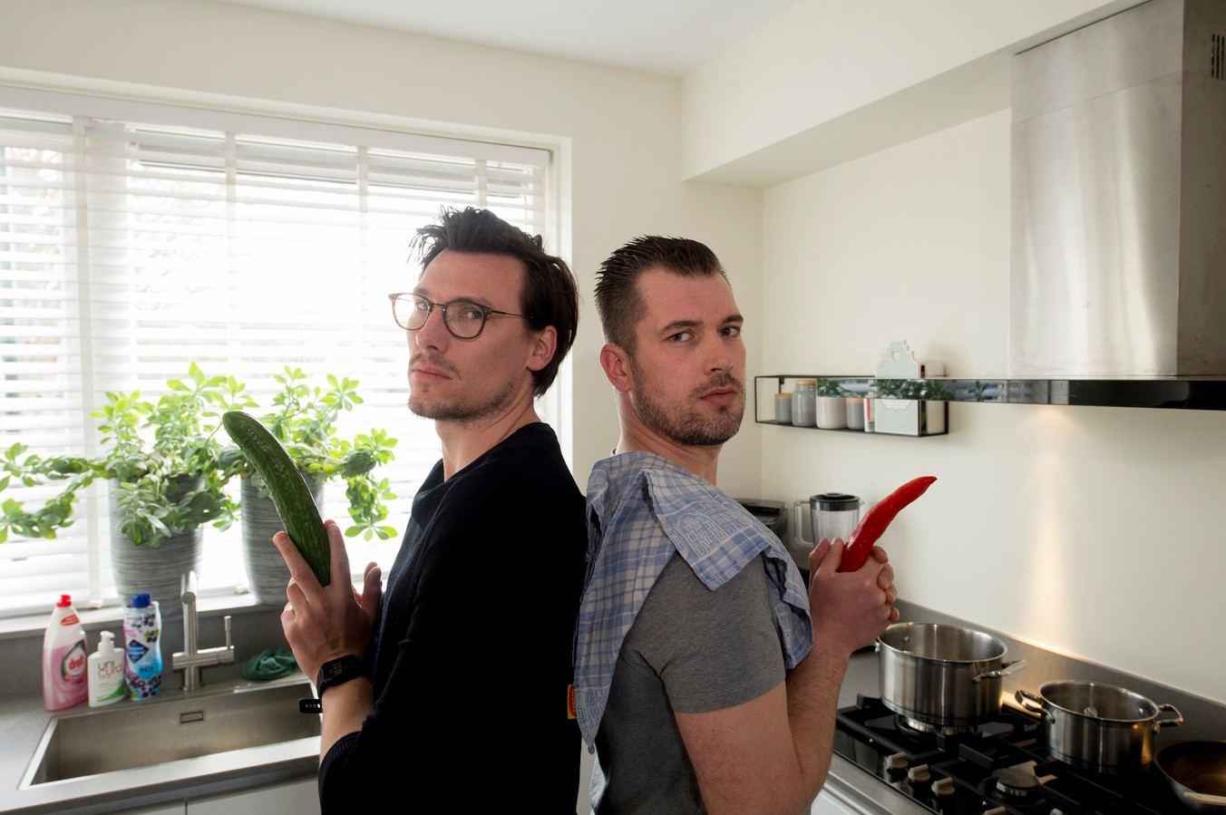 Frank van Lohuijzen (L) en Albert van den Hoek maken een kookboek vol met droge humor.