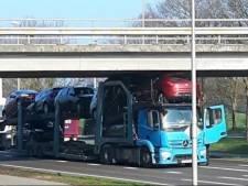 Weer vrachtwagen klem onder Varsenerviaduct N348 bij Ommen