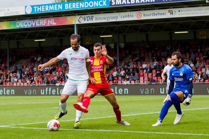 Spits Antoine Rabillard (m) moet Go Ahead Eagles dit seizoen aan doelpunten gaan helpen. Tegen Konyaspor bleef het zaterdag 0-0 in de generale repetitie in de Adelaarshorst.