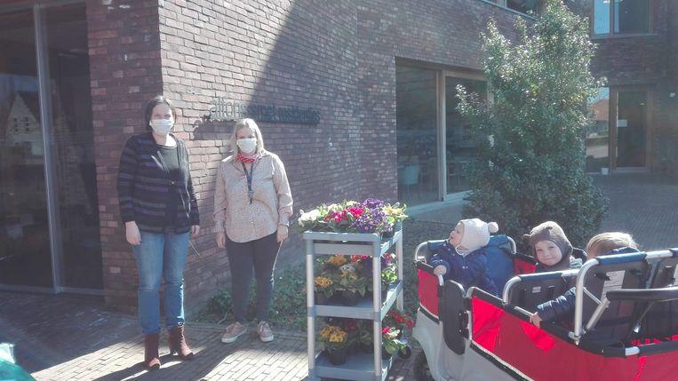 De kinderen van De Zevensprong brachten bloemen naar wzc Alfons Smets. De bloemen werden geschonken door Bert Janssens van Bloemenland.