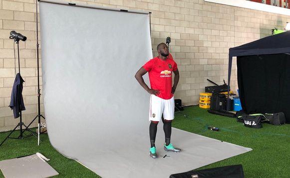 Lukaku op een fotoshoot in het shirt van Manchester United.