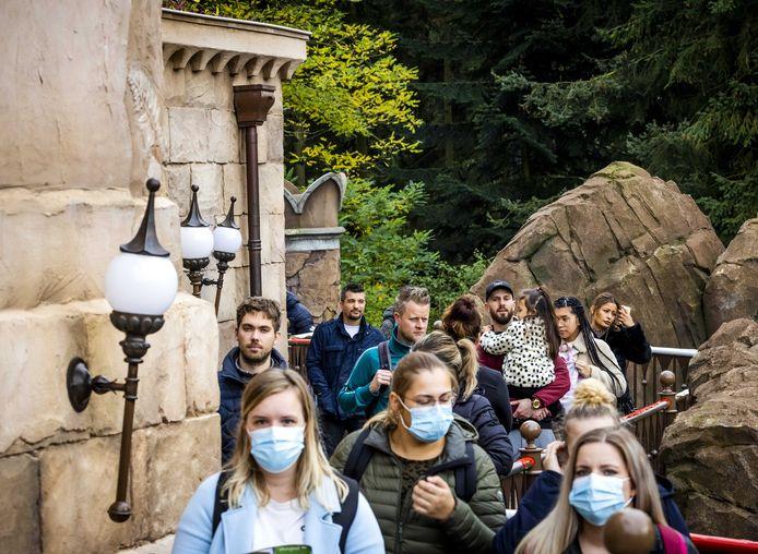 Bezoekers in de Efteling. Om een te grote drukte te voorkomen, moeten tickets voor het attractiepark vanwege het coronavirus via een reserveringssysteem worden gekocht.