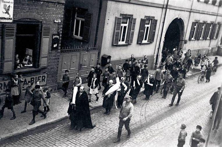 In Guntersblum in Rijnland-Palts worden leden van de Joodse gemeente door mannen van de SA door de straten gedreven. Beeld Trouw