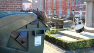 Gemeentebestuur laat extra containers plaatsen op kerkhoven om afval te sorteren