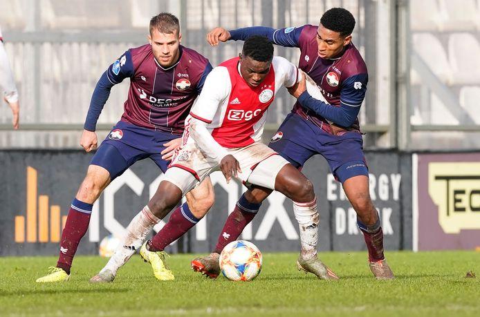 Hassane Bande  in duel met Willem II'er Driess Saddiki. Op de achtergrond Bart Nieuwkoop