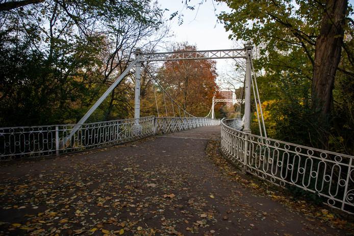 """De Keiligbrug wordt in de loop van februari gerestaureerd. Deze historische witte hangbrug vertoont tekenen van slijtage. Als alles verloopt zoals gepland, kunnen de Antwerpenaren in het najaar opnieuw over een van de """"mooiste bruggen van de stad wandelen."""""""
