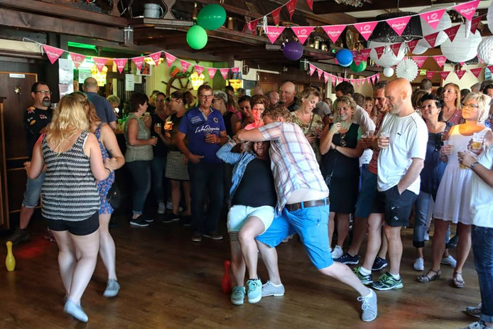 Dansen staat natuurlijk voorop bij het Prijsdansen, maar het is ook een reünie voor (oud-)inwoners. foto chris van Klinken/pix4profs