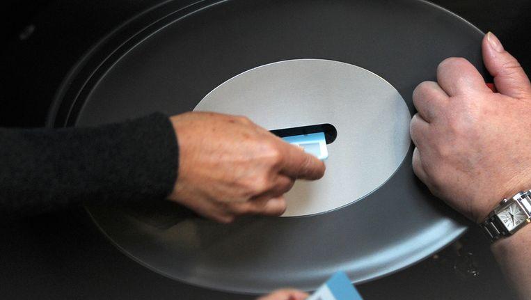 De stembiljetten gaan in de stembus in de Duitse Bondsdag. Beeld afp