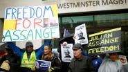 Julian Assange verschijnt in Londense rechtbank en balt zijn vuist richting fans