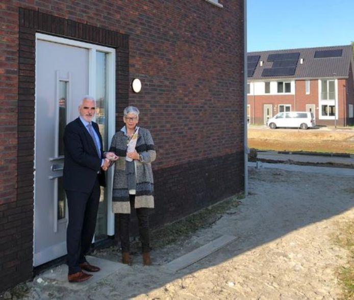 Wethouder De Vries reikte deze week de sleutel uit aan de bewoonster van de laatste woning van de nieuwe wijk Het Voorste Veld in Velddriel.