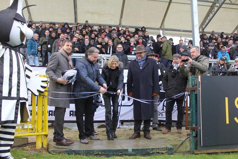 Ilse Uyttersprot mocht het lintje doorknippen in het bijzijn van het clubbestuur. De supporters zagen dat het goed was.