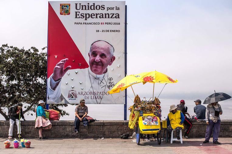 Een banner in Peru verwelkomt de paus.