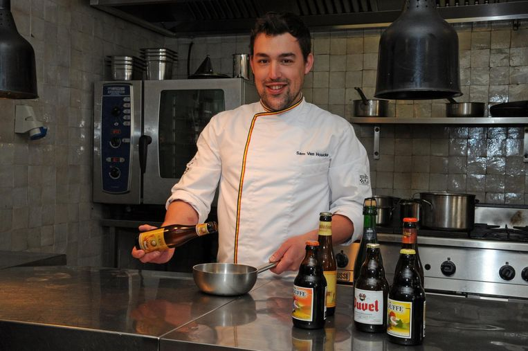 Chef-kok Sam Van Houcke in de keuken van restaurant 'Onder de Toren'.