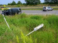 Lichtmast omvergereden na botsing op A27 bij Breda