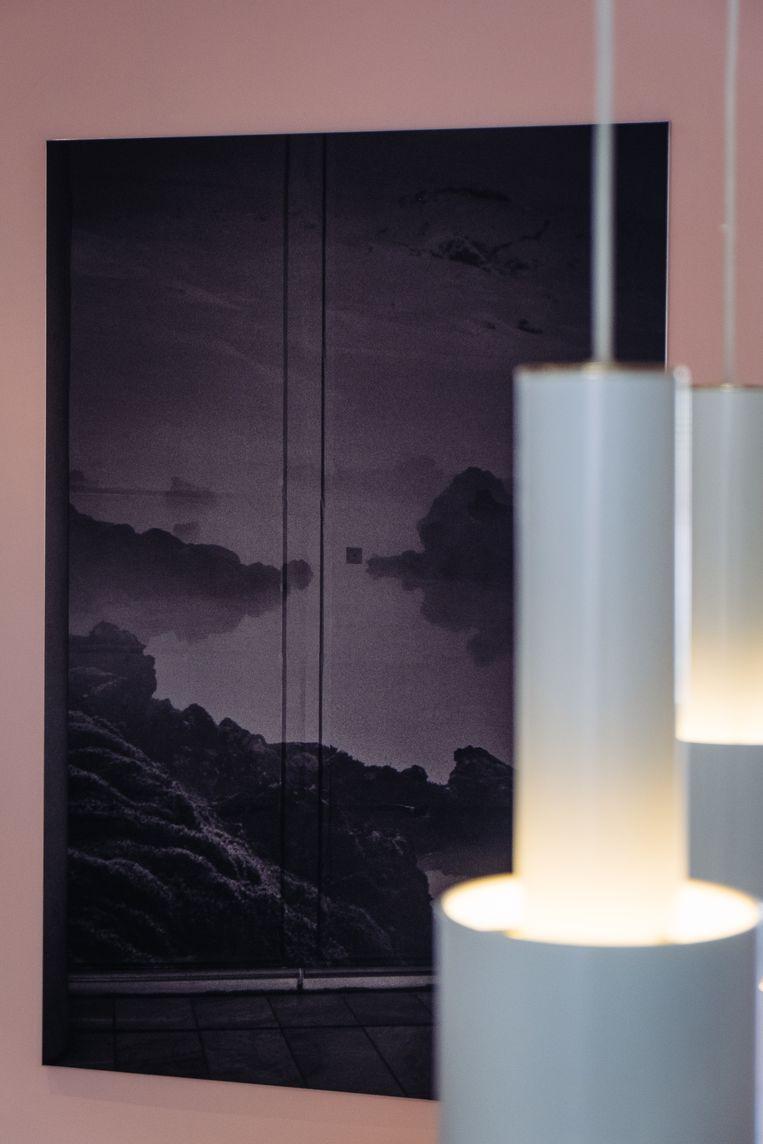 Het donkere werk van fotograaf Dirk Braeckman komt tot zijn recht tegen de muur in millennial pink.