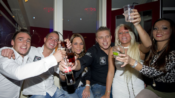 Sniper (Vincent), Jokertje (Robert), Little Princess (Roos), Sterretje (Tony), Barbie (Samantha) en Kabouter (Bibi), op het verjaardagsfeestje van Jokertje in Club Le Paris in Den Haag.