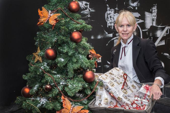 Margret Remy van D'n Ienloop (Kulturhus) in Millingen met de cadeautjes die al gebracht zijn bij de kerstboom waar mensen hun cadeautjes kwijt kunnen.