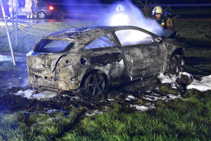 Een auto brandde volledig uit op Oude Rijksweg bij Meppel.