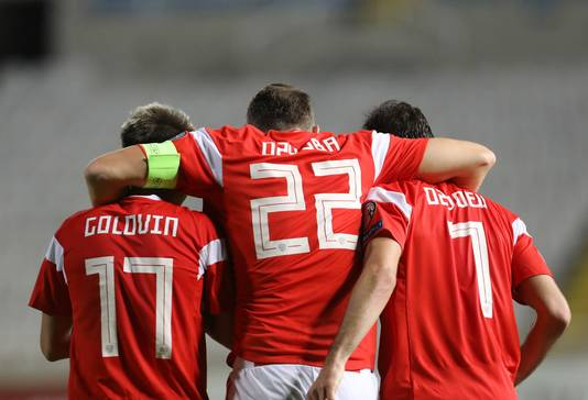 Artem Dzjoeba omhelst zijn ploeggenoten na de 0-3.