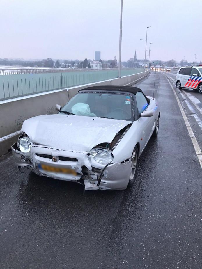 Auto tolt op Waalbrug.