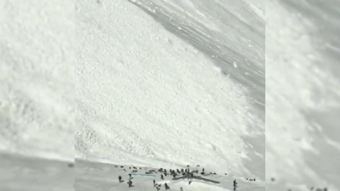 Video toont hoe lawine langs groep skiërs passeert