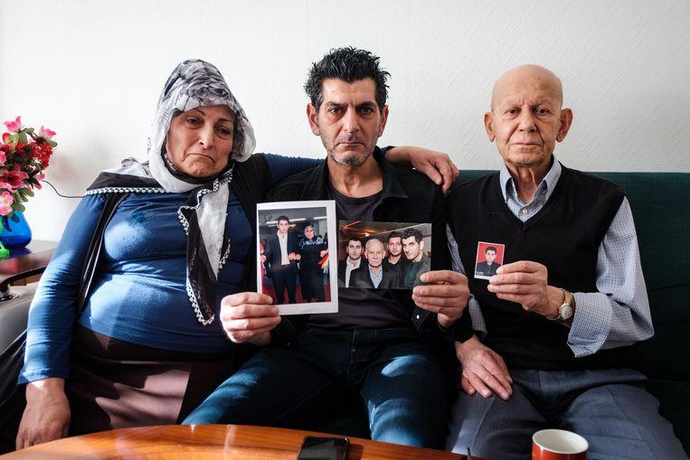 De familie van Gökhan Gültekin, slachtoffer van de aanslag in Hanau, zit in zak en as. Mama Husna, broer Cetin en papa Bercet met foto's van Gökhan.