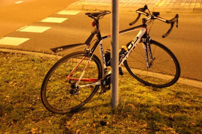 Fiets van wielrenner na ongeluk met auto op Almelosestraat in Wierden