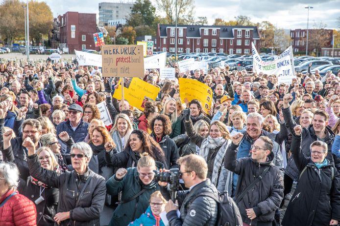 In Zwolle werd onlangs gedemonstreerd door leerkrachten die meer erkenning wilden voor hun werk. Ruim 17 procent van de werkenden kampt volgens TNO geregeld met burn-outklachten, met name docenten (en artsen en ict'ers) voelen zich leeg na een dag werk of zijn emotioneel uitgeput.