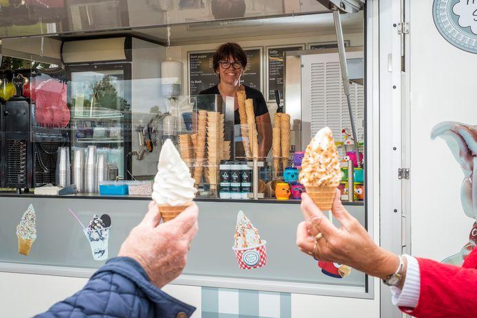 Marieke van der Linde doet niets liever dan ijsjes verkopen. Na een bezwaar van een ondernemer is ze in het winkelhart van Oldebroek niet meer welkom.