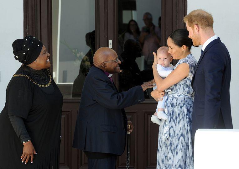 Harry, Meghan en Archie ontmoeten de Zuid-Afrikaanse bisschop Desmond Tutu en zijn vrouw Leah in Kaapstad.
