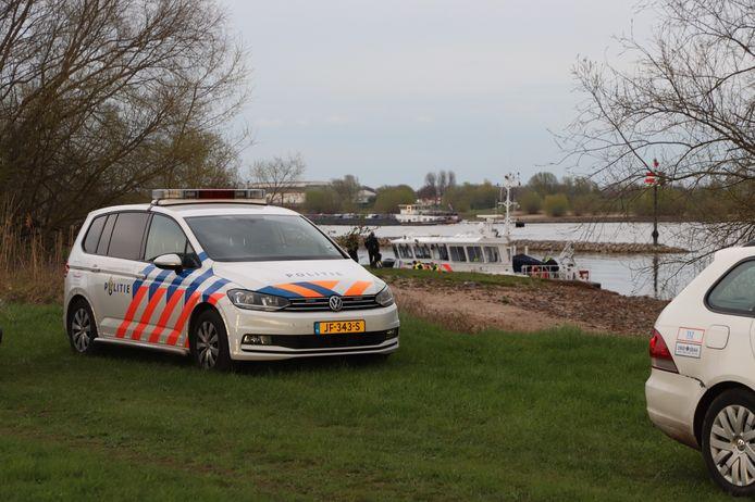 In Ophemert spoelde woensdag een lichaam aan. De politie doet onderzoek naar identiteit en doodsoorzaak.